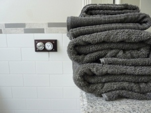 How to dye old towels to match that new bath!  This is great because ALL of my new towels are been bleached by some product I use in the bathroom??