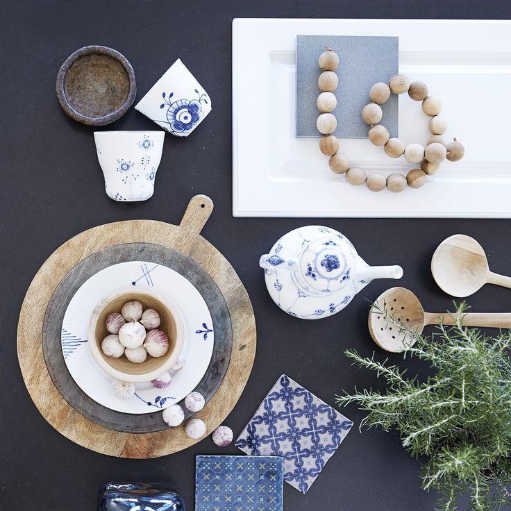 Skab nutidig nostalgi med mixede mønstre indenfor samme farver, fx traditionel musselmalet sat sammen med Mega mussel og fliser i samme blå og hvide nuancer. Mix med rustikke redskaber i ubehandlet træ,  unika keramik og smukke krydderurter.