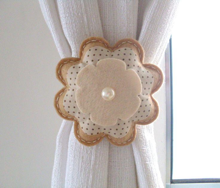 Prendedor de cortina em formato de flor feito em feltro e tecido com velcro. <br> <br>Preço unitário*