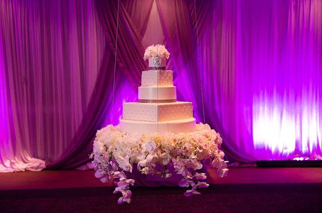 Torta de boda suspendida, iluminada con luz púrpura. #DecoracionBoda