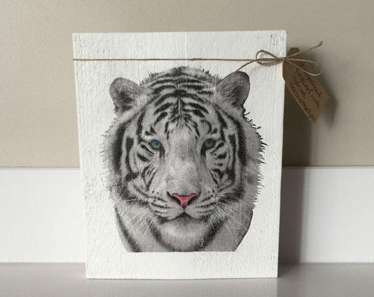 Servet tiger op steigerhout. Steigerhout is behandeld met krijtverf Fleur in de kleur wit.