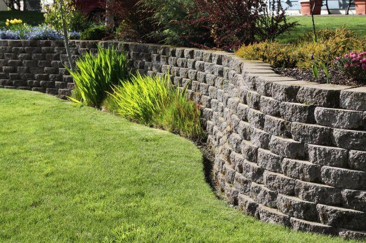 Boschung Mit Steinmauer Und Landschaftsbau Befestigt Backyard Retaining Walls Terrace Garden Garden Photos