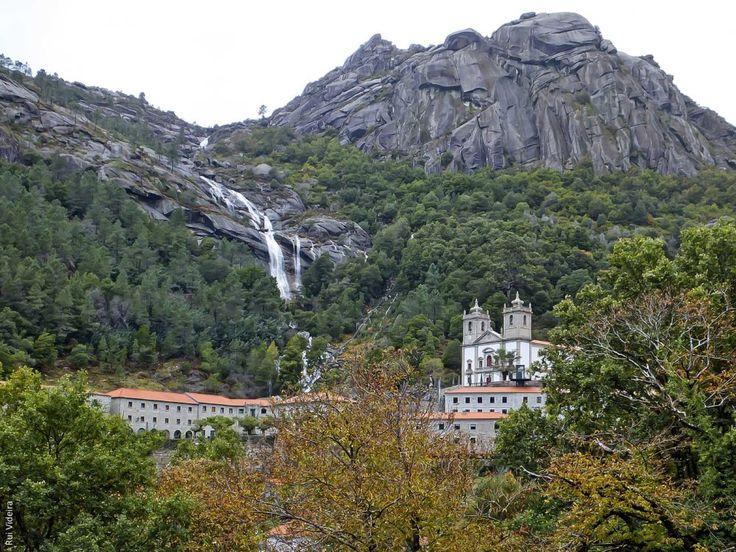 De norte a sul, conheça alguns dos mais belos santuários de Portugal mas também a sua História, lendas e festas religiosas a eles associadas.
