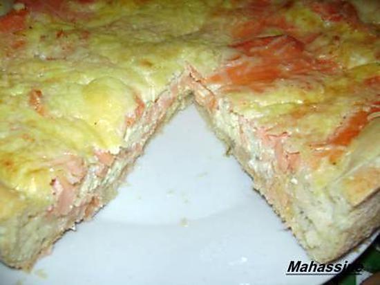 La meilleure recette de Tarte au saumon et boursin! L'essayer, c'est l'adopter! 4.2/5 (10 votes), 17 Commentaires. Ingrédients: Pâte à pizza fait maison ou une pâte du commerce  200 g de fromage ail et fines herbes   250 g de saumon fumé   3 oeufs   4 càs de crème épaisse   Poivre   Un peu de fromage râpé