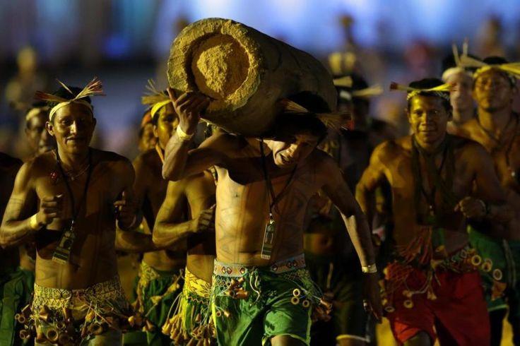 Los Juegos Indígenas: relevos con un tronco o hockey con una bola de fuego - Este domingo arrancaron los I Juegos Mundiales...