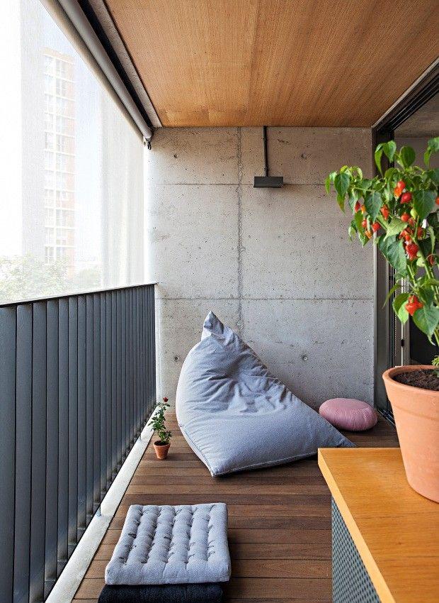 Terraço. Pufe e futons da Futon Company pontuam a varanda com deque de cumaru que se estende do living até o quarto (Foto: Gui Morelli / Divulgação)
