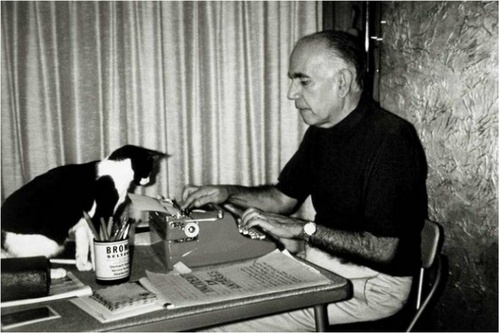 """letrasinversoreverso:    Escritores e gatos     No dia em que faz 35 anos da morte do escritor Erico Verissimo, um raro momento: o escritor trabalhando na confecção de """"Incidente de Antares"""", em 1970, diante de seu gato de estima Snoopy."""
