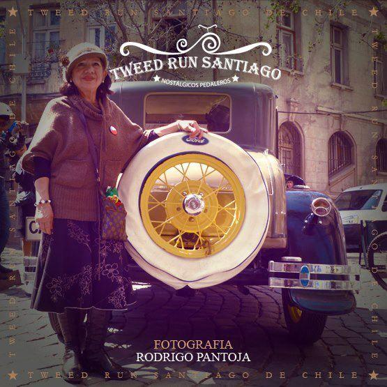 """Paseo en burra y bicicleta """"Tweed Run"""" por las calles de Santiago de Chile."""