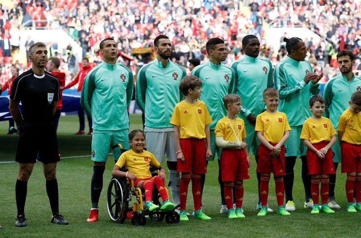 Cristiano Ronaldo entrou no relvado com menina em cadeira de rodas
