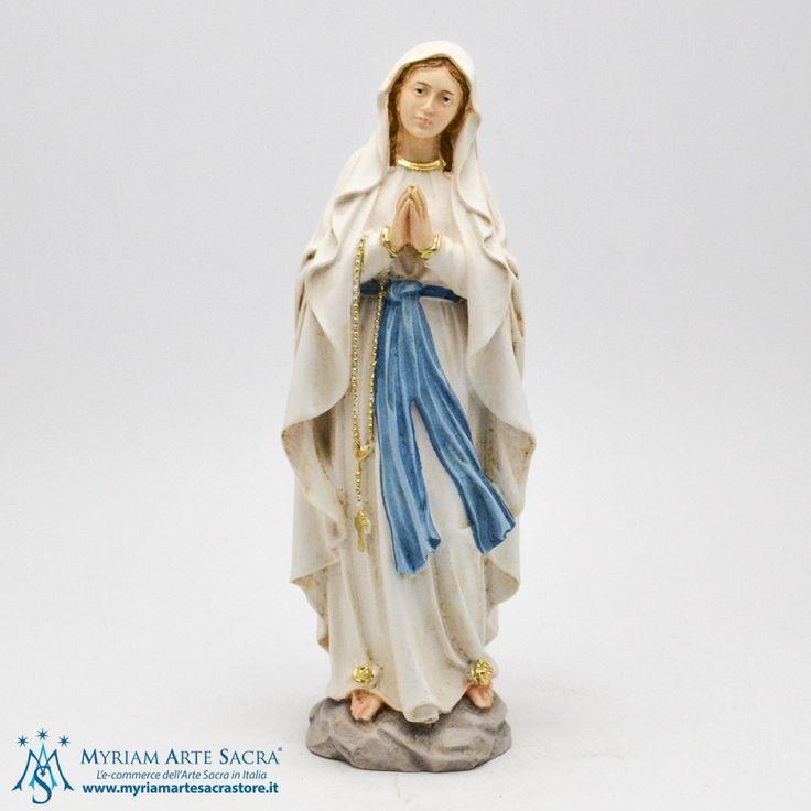 Statua Madonna di Lourdes realizzata in resina e finemente dipinta a mano. La statua è un prodotto made in Italy realizzata da un'azienda che è presente sul mercato da oltre 30 anni. La qualità delle statue prodotte hanno permesso a questa ditta di farsi conoscere e apprezzare su tutto il mercato religioso italiano ed estero. E' alta 20 cm. Scatolata. #myriamartesacra