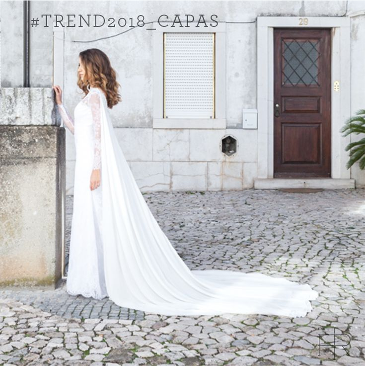 As #capas, substituindo os #véus, continuam fortíssimas entre as #tendências para 2018. São adornos muito versáteis, pois deixam o #vestidodenoiva mais formal para uma cerimônia na igreja e, se retiradas depois, mais descontraído para a festa. Nesta produção que realizamos em #Cascais, #Lisboa, a capa em musselina de seda traz modernidade e leveza, criando um visual memorável para as #noivas. #noiva #bride #belezadenoiva #bridalbeauty #casamento #wedding #vestidodenoiva #weddingdress
