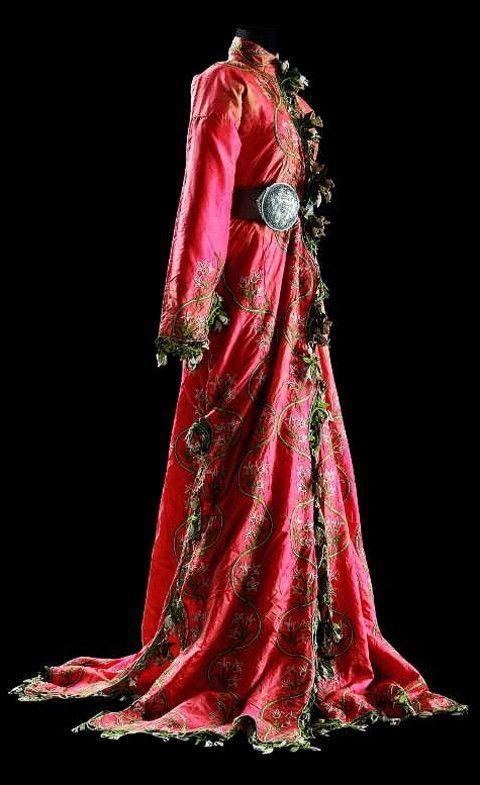 Üçetek entari (robe with three panels), Late 19th century.  Embroidered silk. (Sadberk Hanım Museum, Istanbul).