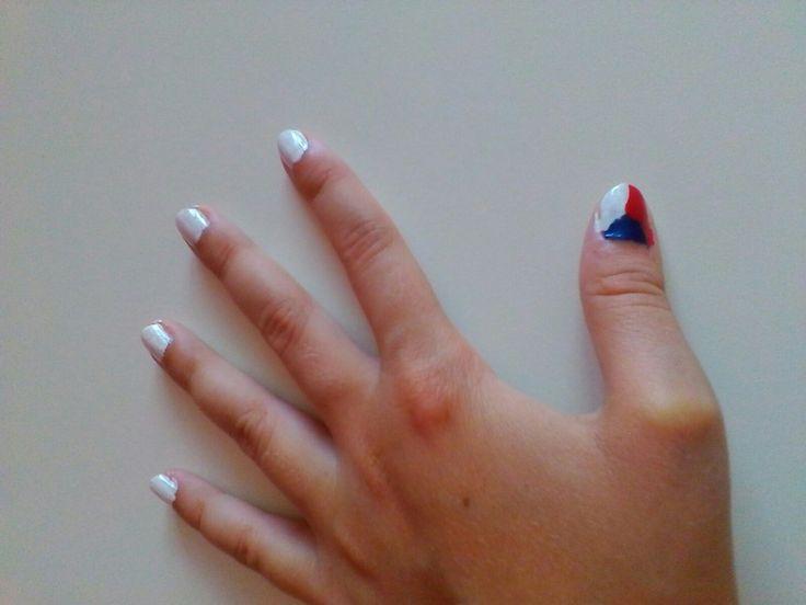 Bílé nehty s českou vlajkou na palci #czechflag #nails