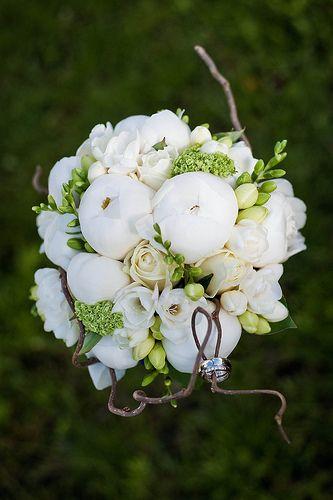 Wit bruidsboeket #wedding #bruiloft #wit #white #bloemsierkunsthaasjes
