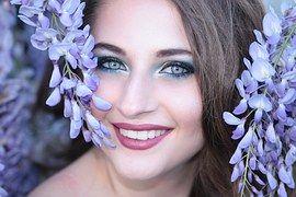 女孩, 鲜花, 紫罗兰色, 蓝色的眼睛, 微笑, 美容, 肖像