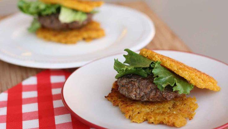 Lust auf Burger?  0815 Burger mit lapprigem Brötchen war gestern - heute isst man Kochbananen Burger   Dur brauchst  3 Zutaten (Kochbanane, Apfelessig und Kokosöl)  Hunger  #Kochbanane #MehrBurgerFuerAlle #BroetchenSindOut