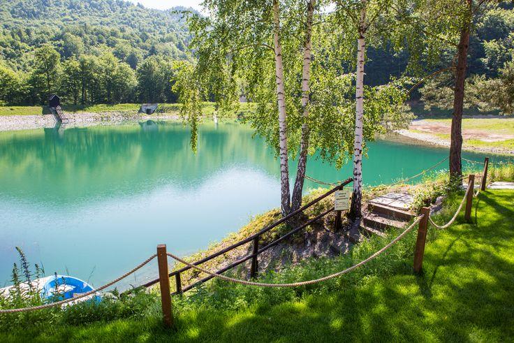 Salamandra Resort - jediné lyžiarske stredisko v Štiavnických vrchoch, najjužnejšie situované lyžiarske stredisko na Slovensku, 1450 m dlhá zjazdovka, prírodné vodné jazero - tajch Zľava: 10%; 15% VIP; 15% young ; z ceny jednodňového skipasu