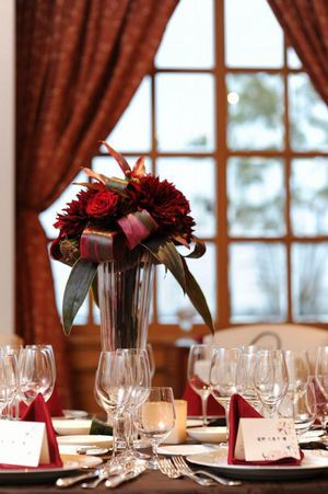 ブラウンx赤 冬の大人ウェディング♡ 赤い会場装花のアイデア一覧。