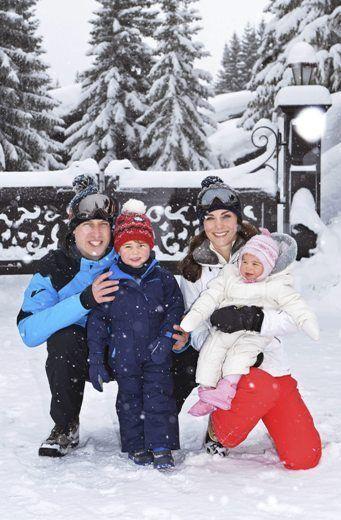 Londres . - El príncipe Jorge y su hermana, la princesa Carlota de Inglaterra jugaron conla nieve junto a sus padres, William y Catherine, según las fotos que publicó el Palacio de Kensington en Twitter de las primeras vacaciones de los cuatro (...)
