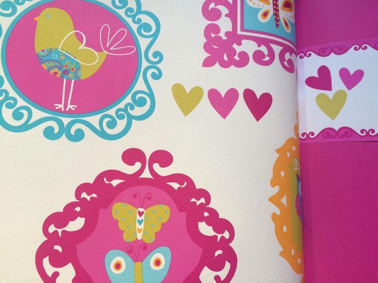 Combina los lienzos de pared de una habitación en liso y estampado.