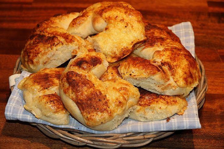 Hjemmelagde ostehorn er utrolig godt. Jeg bakte ostehorn toppet med grillkrydder for mer smak. Ostehorn:32 stk 2 liter hvetemel 2 ts salt 4 ss smør 1pk tørrgjær 8 dl melk hvitost grillkrydder Bland mel, salt og tørrgjær i en bolle. Smelt smør, tilsett melk og varm opp til 37 grader. Hell væsken i melblandingen. Bland …
