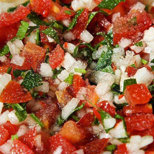 サルサ・フレスカは、また「ピコ・デ・ガヨ」とも呼ばれ、火を通さないフレッシュなソースのこと。トマトと玉ねぎとコリアンダー、そしてライムという非常にシンプルな材料からつくられています。トマトの赤、玉ねぎの白、コリアンダーの緑がまさにメキシコ!