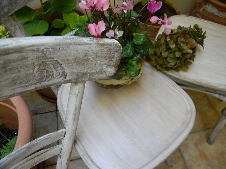 καρέκλες με παλαίωση σε shabby