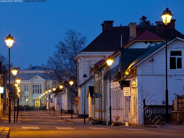 Kotikaupunkia iltavalossa.