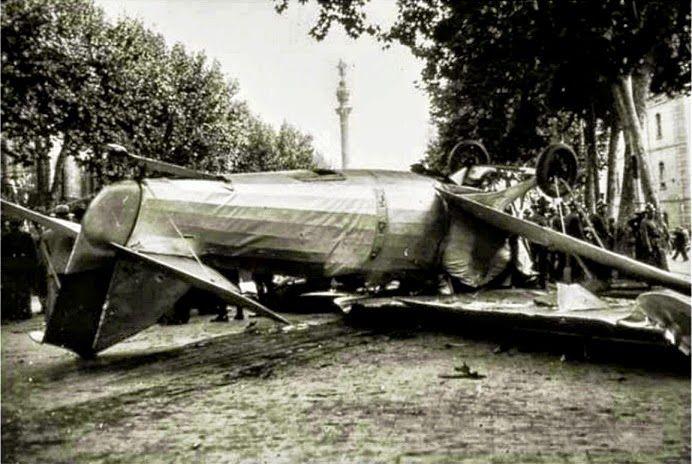 Aterrizaje en Las Ramblas de Barcelona, 29 sept.1934: una de las avionetas militares que sobrevolaban Barcelona sufrió una avería... y cayó en plena Rambla de Sta.Mónica, frente al Teatro Principal.