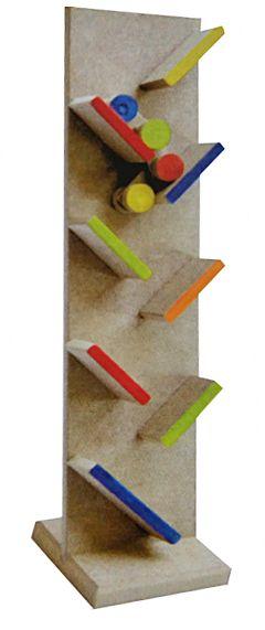 Torre confeccionada em madeira, com rampinhas dispostas de forma alternada, por onde desce um carrinho articulado em movimentos de zig-zag. Inicialmente, o brinquedo atrai a atenção da criança pelo movimento do carrinho. Em seguida, se sentirá estimulada a posicionar o carrinho nas rampas,  favorecendo sua habilidade motora. Medidas: Altura: 45 cm. Largura: 10 cm. Idade a partir de 18 meses.