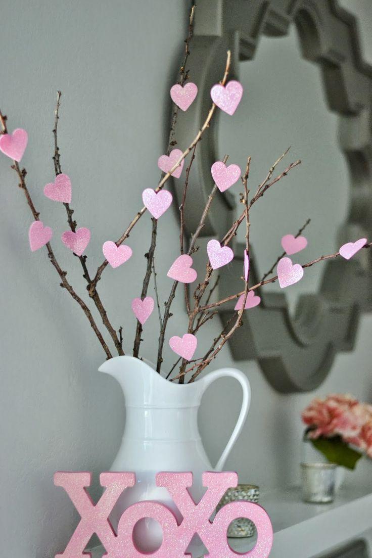 Bricolage décoratif pour la Saint-Valentin - bouquet de branches à coeurs