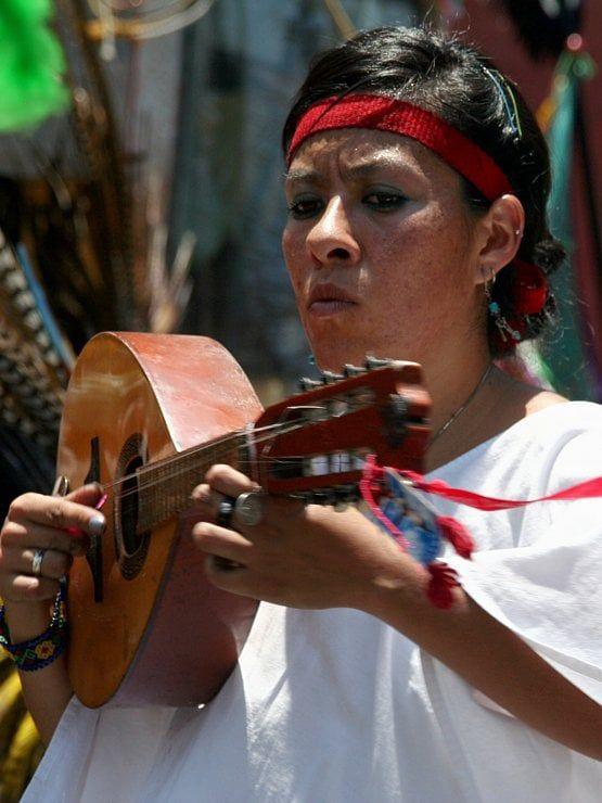 Sur le Zócalo de Mexico, des danseurs exécutent une danse aztèque. Aussi connu sous le nom de «Mexicas», les Aztèques sont une grande civilisation précolombienne qui a fondé la cité de Tenochtitlán sur laquelle s'est bâti Mexico. Cette société militaire et fortement hiérarchisée a formé un puissant empire jusqu'à la conquête espagnole. #photographie #voyage #mexique