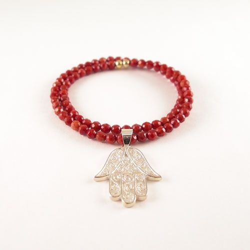 Gorgeous bracelet made of cultured coral and a 925 Sterling Silver Hamsa hand. The Coral is beaded on elastic. The bracelet is finished off with goldplated 925 Sterling Silver beads.