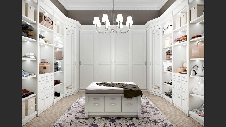 La capiente cabina armadio � allestita con ripiani dotati di fasce di luci led, ed armadiature. La stanza � illuminata da un lampadario Canterbury.