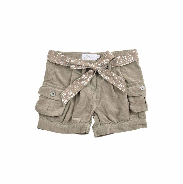 Shorts en color verde olvido de corduroy para niña. Con cinturón de tela de flores estampada y bolsillos a los lados.