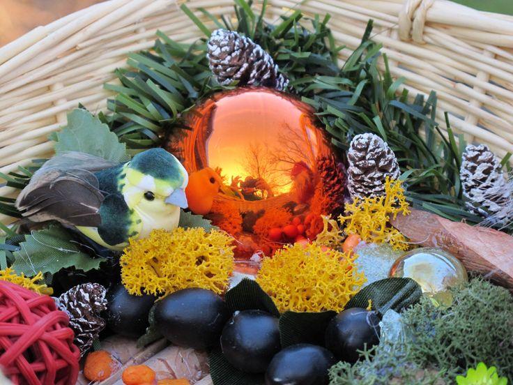 christmas decoration in a basket (karácsonyi dekoráció fonott kosárban)