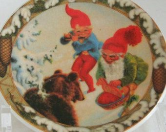 Arabia Finland small 12 cm. wall plate/hanging Xmas Christmas scene with gnomes (trol) and bear Mid Century Scandinavian design