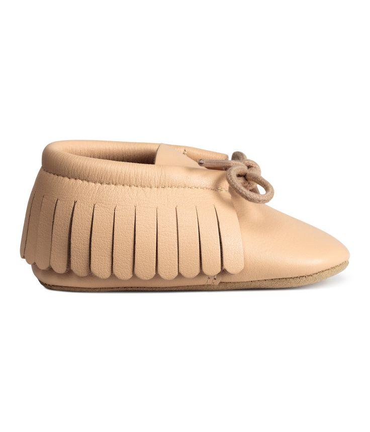 Beige. BABY EXCLUSIVE/PREMIUM QUALITY. Mocassins van leer met franje, een vetersluiting voor en een zachte zool. De schoenen worden geleverd in een