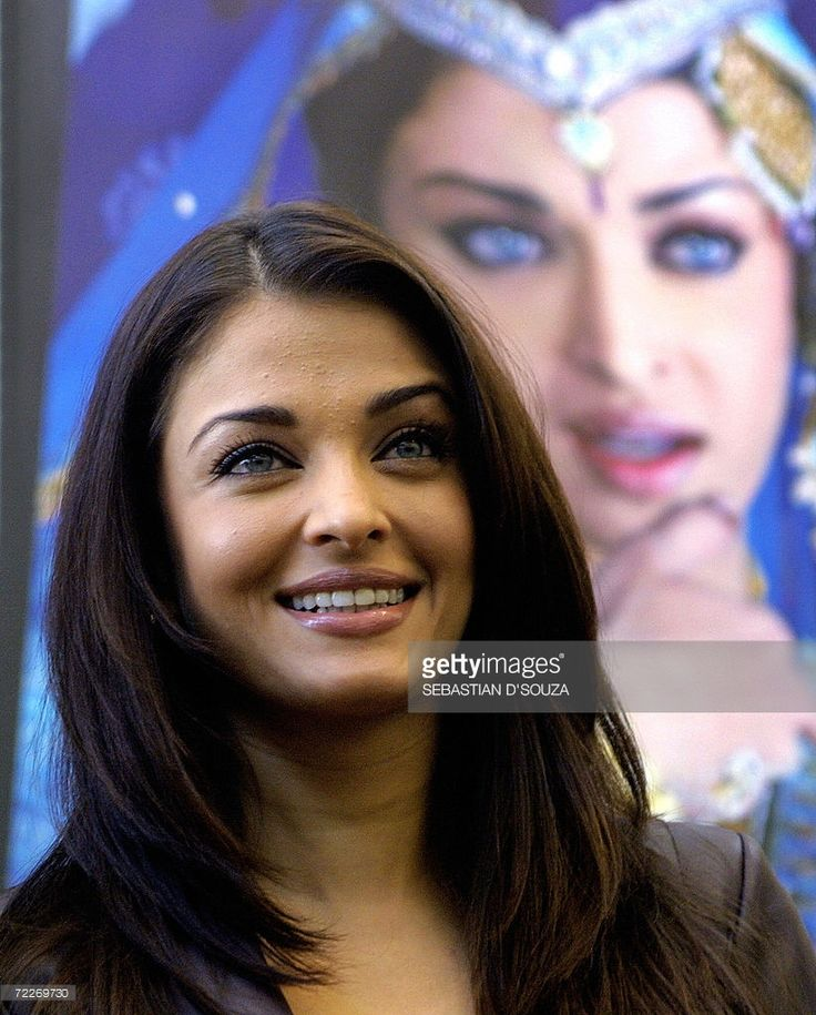 Bollywood actress Aishwarya Rai smiles at the launch of video clips of her upcoming movie 'Umrao Jaan' (name of a courtesan) on digital entertainment platform Reliance World in Mumbai, 26 October 2006.The movie, a remake of the popular 1981 release of the same name, is Bollywood siren and former Miss World Aishwarya Rai's latest venture. The movie is slated for commercial release across multiplexes and single screen threatres on 03 November. AFP PHOTO/Sebastian D