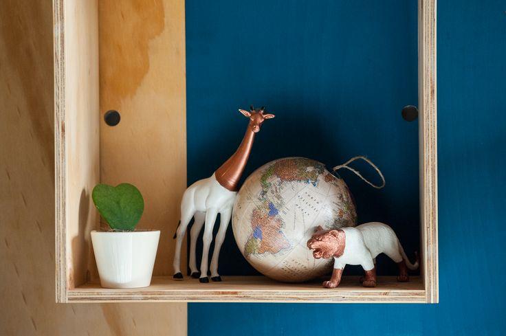 Inspiration // Der etwas andere Globus für Reiselustige. Diesen Globus könnt ihr an die Wand hängen, als Christbaumschmuck verwenden oder wie auf dem Bild als Dekokugel eure Wohnung verschönern.