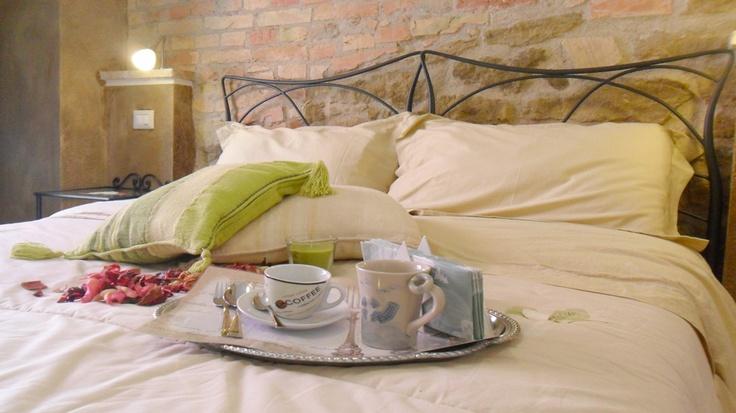 """Room - romantica """"Trabucco""""  Affascinante, allegra, romantica, in pietra calcarea e arenaria ... Le pareti decorate di verde scuro, delle burrasche del mare che flagellavano l'antico """"Trabucco"""" ..."""