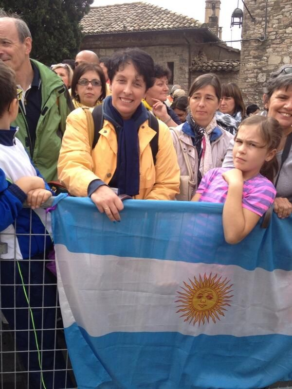 Gloria, cordobesa que vive en Perugia, en primera fila para aclamar a #Francisco #Asis 04-10-13