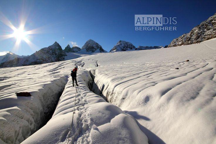 Eindrucksvolle Gletscherspalten am Weg zum Piz Buin. Erlebe traumhafte Hochtouren mit dem Bergführer von Alpindis.at Wiesbadenerhütte, Silvretta Hochalpenstraße, Bielerhöhe