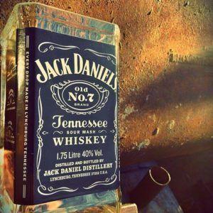Botella de Jack Daniels 1.7 litros cortada como recipiente por Green Glass. jackgrande