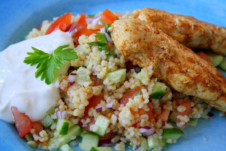 Kyckling med mynta- tabouleh och frisk citronyougurt Det här behöver du till 4 personer: Bulgur 1 grönsaksbuljong Bladpersilja mynta 1 citron 2 dl matlagningsyougurt salt och peppar 2 tomater 1 gurka 1 röd lök 3 vitlöksklyftor ( denna hoppade jag över) 900 gram kycklinginnerfile olivolja Och krydda till kycklingen : … Läs mer