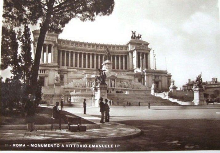 Altare della Patria, a sinistra si nota seduto un lustrascarpe Anno: 1937