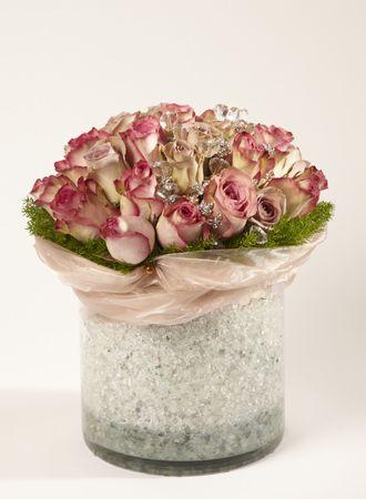 Bouquet de roses vintage dans contenant en béton cylindrique.  #rose #vintage #retro #contenant #béton #ruban #pastel