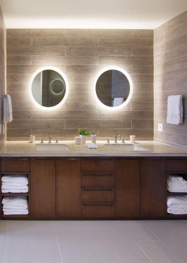 miroirs ronds lumineux LED et meuble en bois