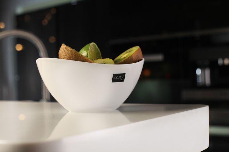 Nowoczesna, owalna miska z serii Livio Vialli Design. Została wykonana z wysokiej jakości akrylu. Oryginalny i przyciągający uwagę design miski sprawia, że naczynie pełni nie tylko funkcję praktyczną, ale również dekoracyjną na stole.