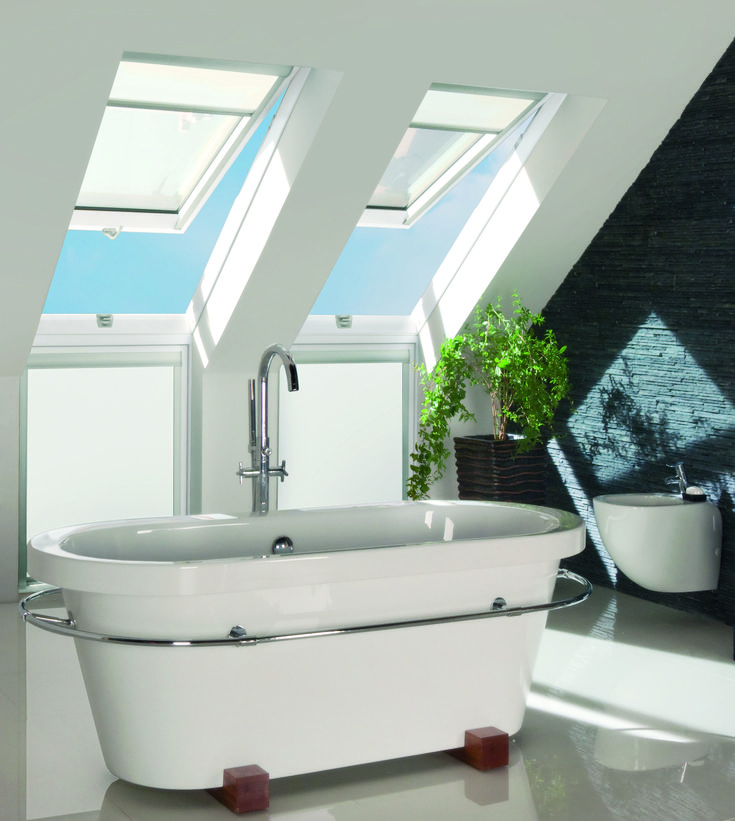 Bagno luminoso #bathroom #relax #windows #light #home #attic #interiordesign  www.fakro.it